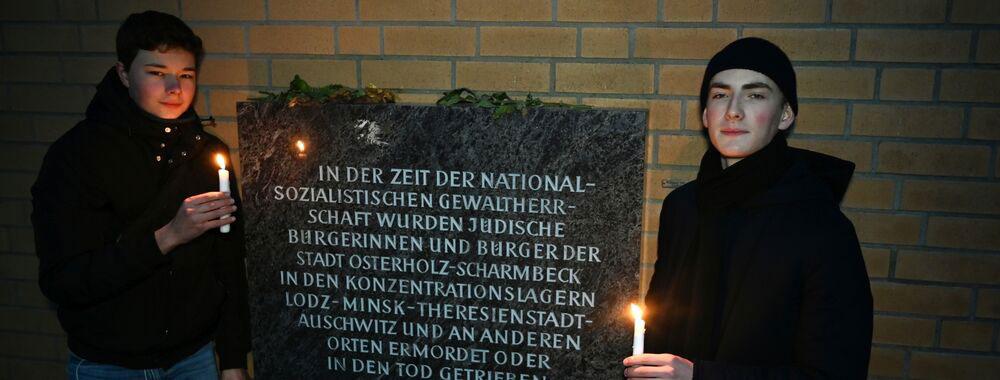 Gustav Grünthal und Jerik Dickerboom (rechts) haben am Osterholzer Denkmal für die Synagoge Kerzen entzündet, um die Schrecken der Geschichte nicht in Vergessenheit geraten zu lassen. (CARMEN JASPERSEN)